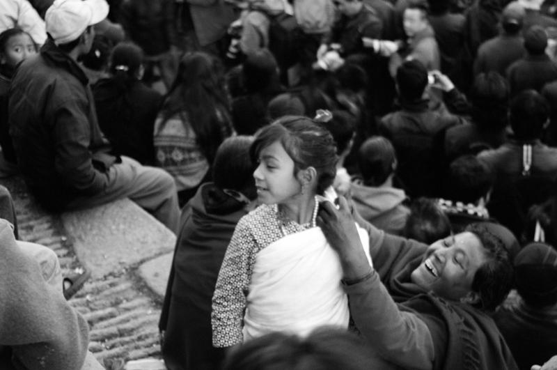 Una bambina tra la folla